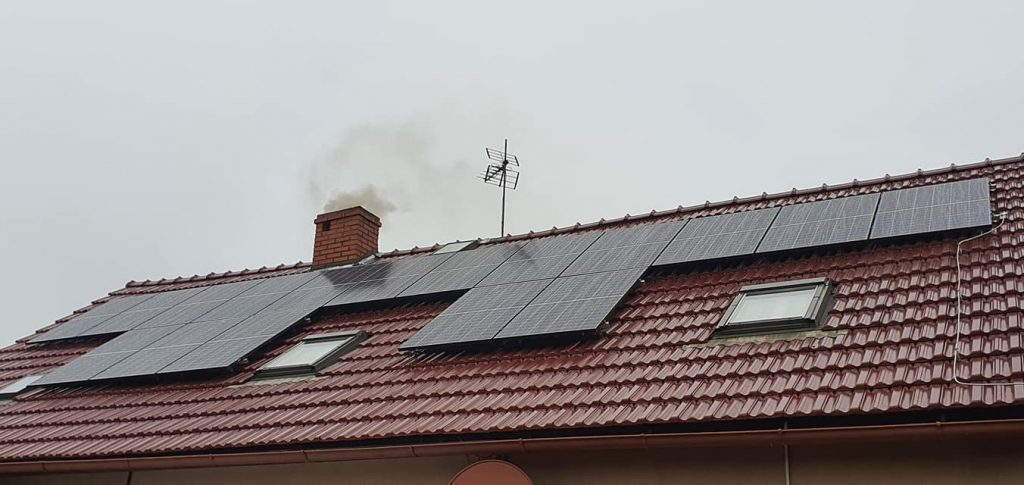 Zamontowane panele fotowoltaiczne na dachu
